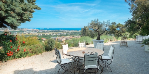 Close to Cannes - House full of character