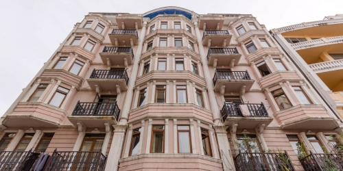 Sale of luxury 2-bedroom apartment, 78 m2 in the center of Batumi near Piazza Square. Elite 9-storey