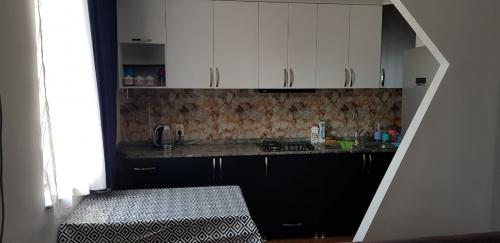 Предлагаем в аренду 3-х комн. кв в старом (центр) Батуми