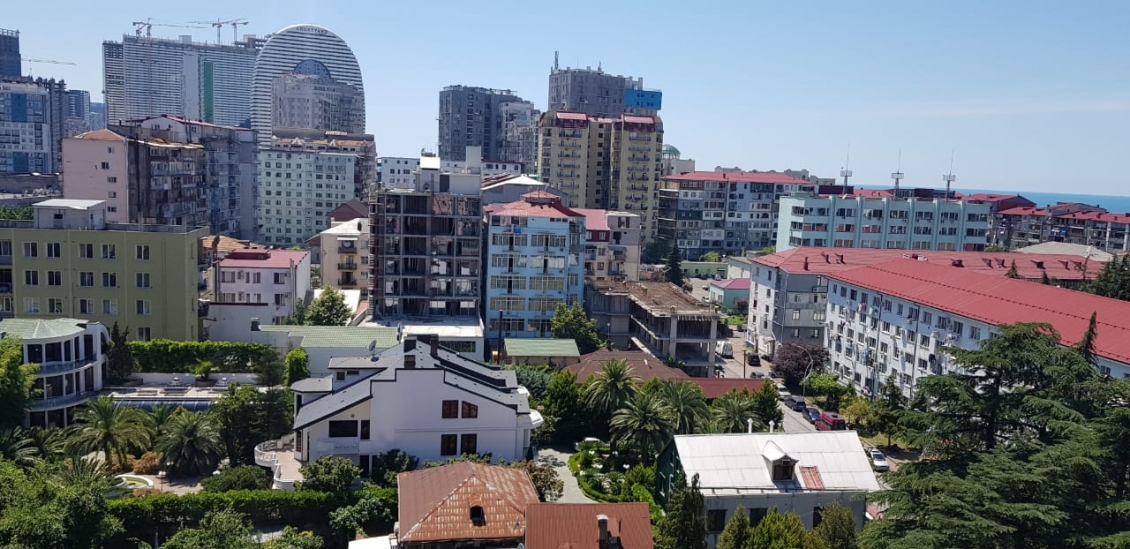 We offer for rent 3 rooms. square in the old (center) Batumi